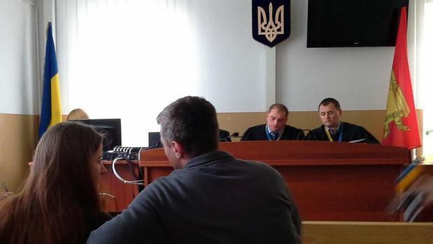 Судья Вознюк зачитал суть дела еле слышно, быстро проговаривая слова