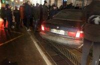Во Львове автомобиль въехал в остановку с людьми, есть пострадавшая