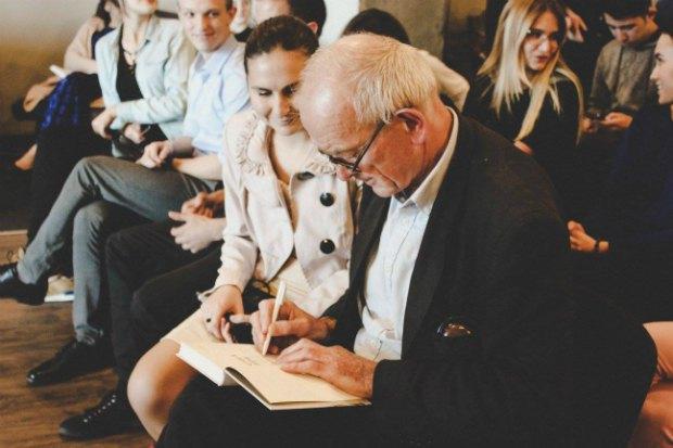 Марш подписывает книги на встрече в Киеве