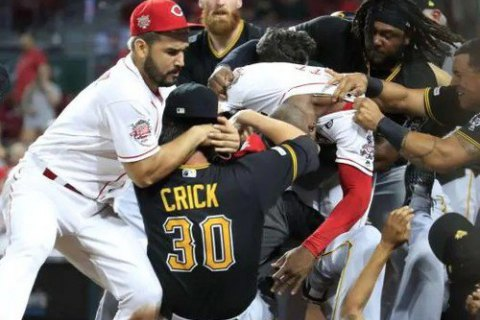 Во время бейсбольного матча принципиальных соперников произошла массовая драка