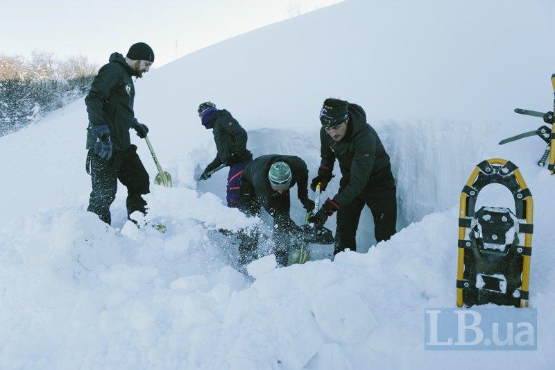 Рятувальники розкопують шар снігу для дослідження лавинної небезпеки