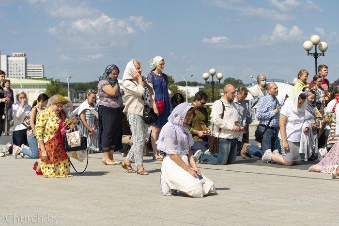 Верующие во время молебна о даровании мира белорусскому народу, Минск, 15 августа 2020