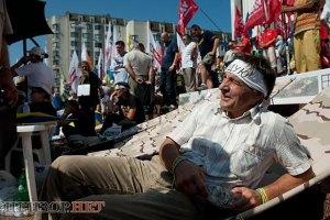 Голодувальників біля Українського дому вже дев'ять
