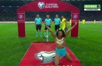 Активистка Femen выбежала на поле перед матчем Украина-Турция