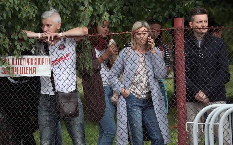 Люди збираються біля в'язниці у Жодино, де тримають їх рідних