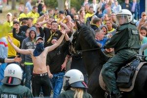 Матч Бундеслиги завершился массовым арестом фанатов