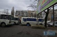 Поліція порушила ПДР біля Шевченківського райсуду, припаркувавши свої автобуси на зупинці