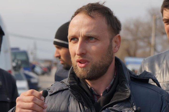 Руслан Сулейманов. Был задержан вчера, 26 марта 2019 года на границе по причине якобы испорченного паспорта.