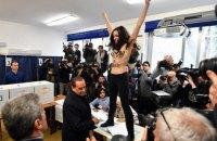 Полуобнаженная активистка Femen попыталась помешать Берлускони проголосовать