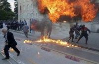 Протестующие в столице Албании подожгли здание парламента