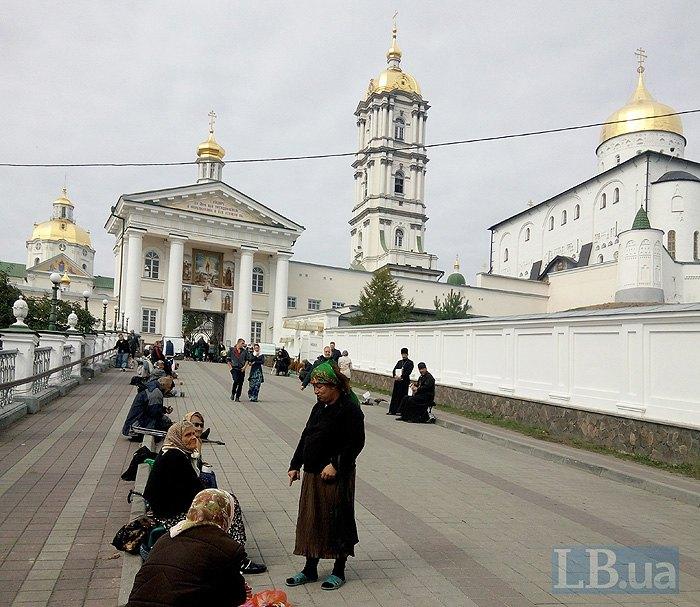 Лавра складається із 16 церков, резиденцiї архиєпископа, дзвiницi та келiй