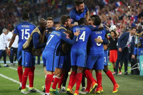 Франция первой вышла в плей-офф, вырвав победу у сборной Албании