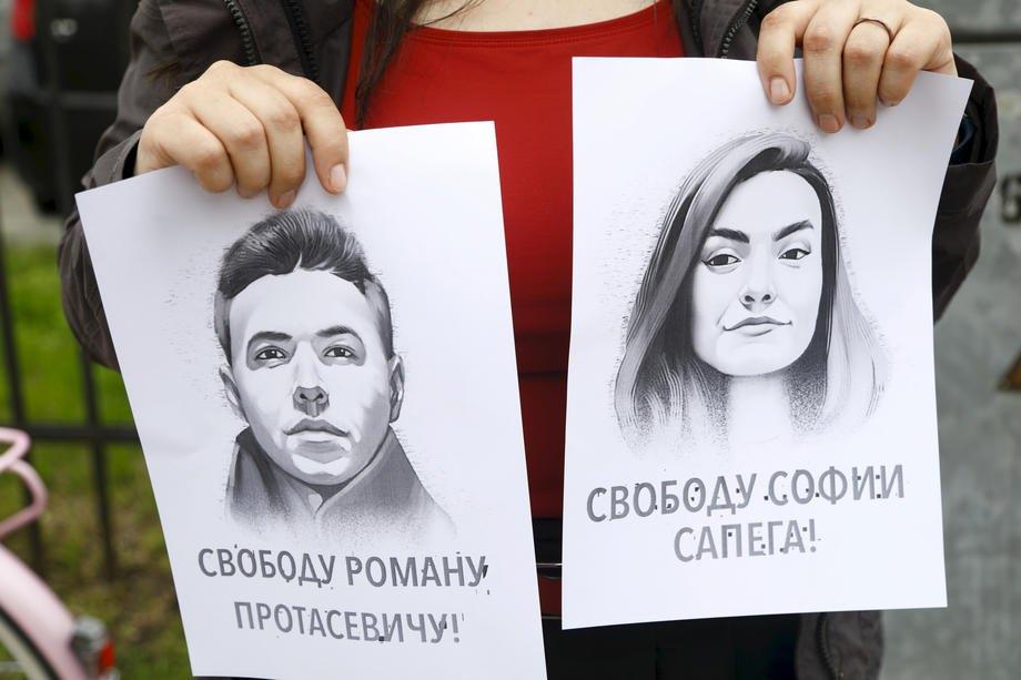 Акція підтримки затриманого Романа Протасевича то його подруги Софії Сапеги біля білоруського посольстві в Ризі, Латвія, 25 травня 2021 р.