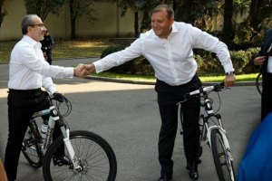 Добкин и Кернес приехали на работу на велосипедах