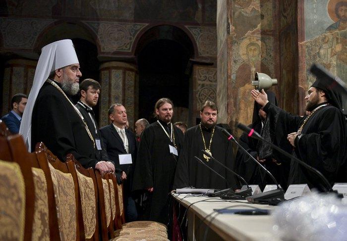 Митрополит Винницкий и Барский Симеон (слева) во время Поместного объединительного Собора в Киеве, 15 декабря 2018