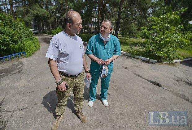 Олег Шиба вместе с хирургом ждут встречи с  военным командованием.