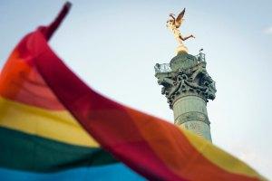 Сенат Франции разрешил однополым парам усыновлять детей