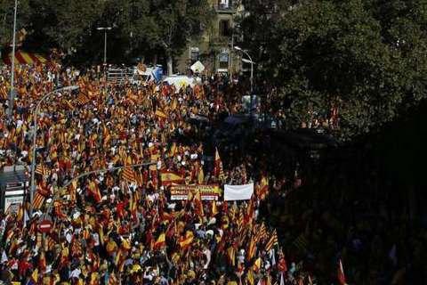 В Барселоне сотни тысяч человек вышли на митинг за единство Испании (обновлено)