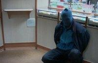 В Киеве на левом берегу мужчина, угрожая бомбой и пистолетом, пытался ограбить аптеку
