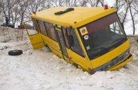 В Сумской области школьный автобус съехал в кювет