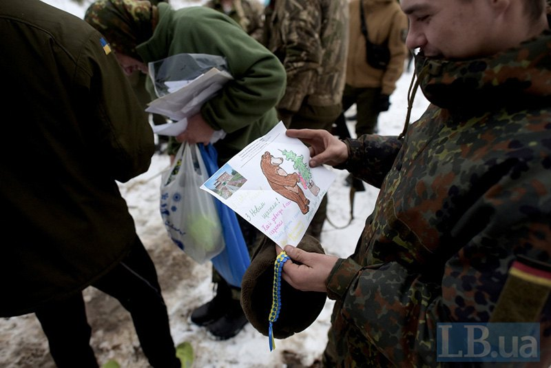Украинским солдатам на передовой волонтеры привезли письма от школьников