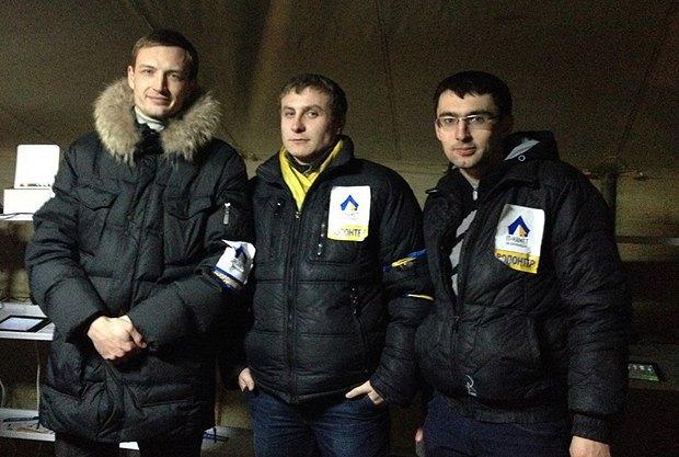 Максим Плахтій(зліва) з однодумцями
