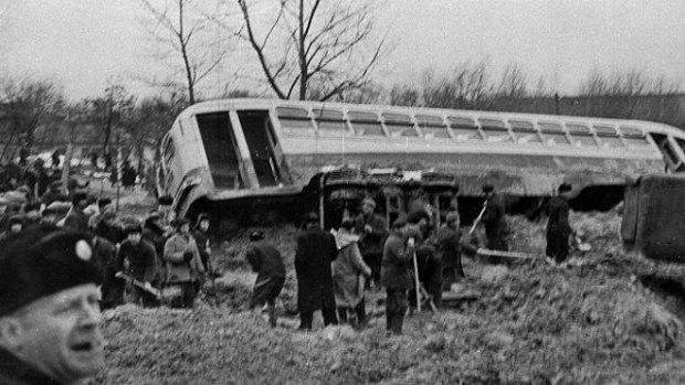 Поток пульпы, накрывший район, переворачивал машины, сносил троллейбусы и столбы электропередач.