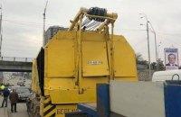 """Вантажівка пошкодила шляхопровід на Броварському проспекті біля станції метро """"Дарниця"""""""