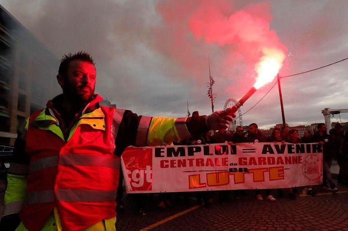 Учасники демонстрації проти пенсійної реформи у Марселі, Франція, 05 грудня 2019.