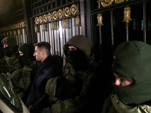 Саакашвили задержали, его сторонники пришли под сооружение СБУ