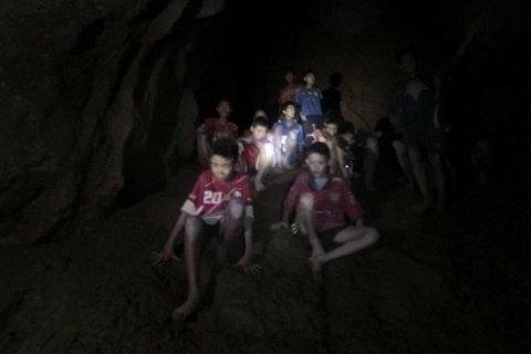 Из таиландской пещеры подняли пятого ребенка