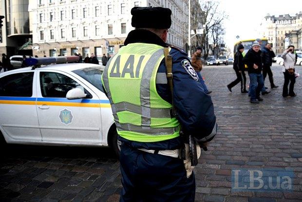 Это фото сделано около 10 утра на перекрестке Б.Хмельницкого и Владимирской. Обратите внимание на рукоять оружия у гаишника - предположительно, это автомат Калашникова