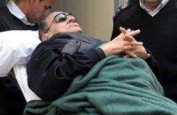 Мубарак показался своим сторонникам по дороге в тюрьму