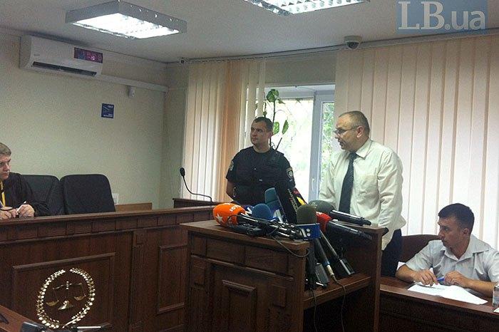 Прокурор Владислав Волян (в центре)