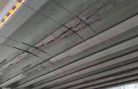 """Недавно відремонтованому мосту біля станції метро """"Нивки"""" в Києві знову знадобився ремонт"""