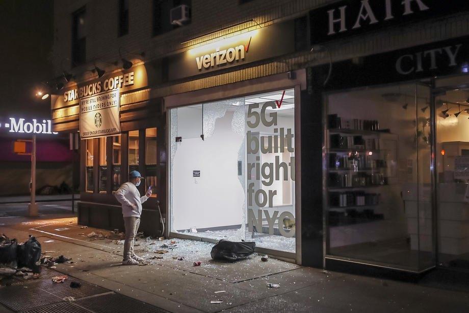 Разграбленный магазин Verizon в Нью-Йорке, 1 июня 2020 года