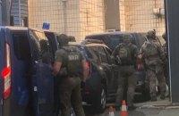 Під будівлю СБУ приїхали декілька авто зі спецназом НАБУ
