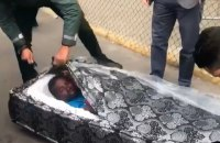 Два мигранта пытались попасть в Испанию внутри матрасов