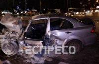 У Києві Chevrolet Aveo протаранив два авто та маршрутку і загорівся