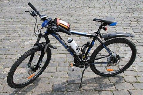 Во Львове водитель избил парня за нарушение ПДД и забрал у него велосипед