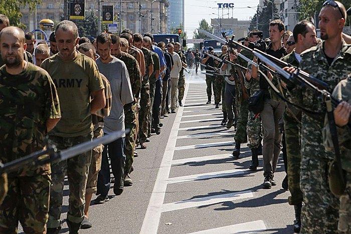 Марш українських військовополонених в Донецьку ,2014