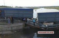 В Николаевской области перегруженная фура застряла на понтонном мосту