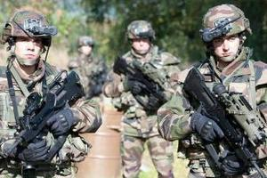 """Франция показала боевые машины для """"солдат будущего"""""""