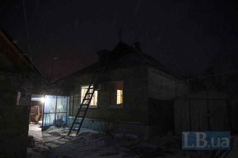 Напротив дома для мужчин - кухня, на которой готовится домашняя еда для всех постояльцев дома