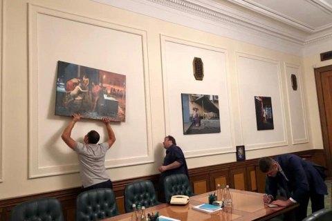 Ларек с шаурмой и Рада с пингвинами: Офис президента украсили картинами молодых художников