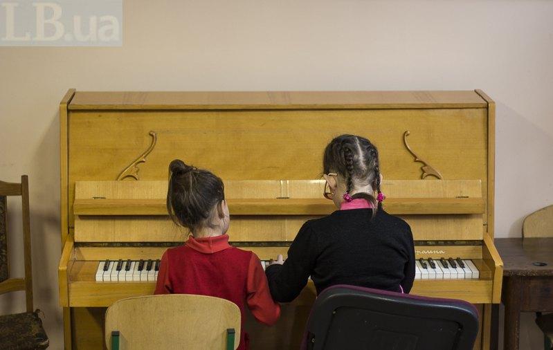 Віра з однокласницею за фортепіано на перерві-