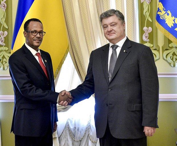 Петр Порошенко с послом Эфиопии Кума Демекса