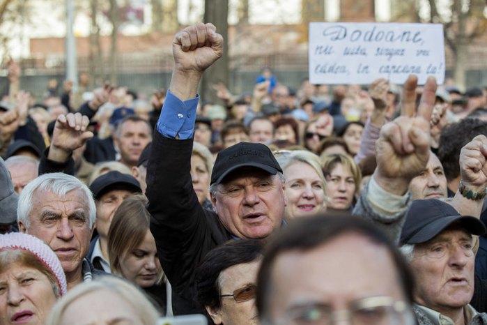 Митинг в поддержку правительства премьер-министра Молдовы Майи Санду перед зданием парламента в Кишиневе, 12 ноября 2019.