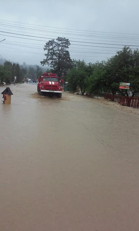 В селі Микуличин, Яремчанська МР, зійшов селевий потік на автомобільну дорогу Львів-Мукачево, проїзд заблоковано.