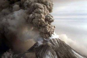 В Индонезии людей засыпало раскаленным пеплом вулкана
